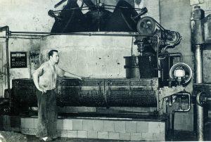 1962_Moles cilindriques i extractor d'oli verge extra